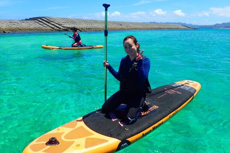 水納島でSUPを楽しむ女性