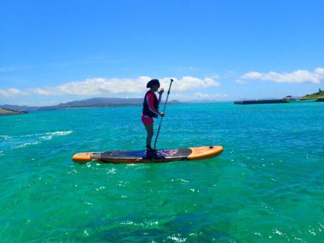 水納島でSUPを楽しむ人