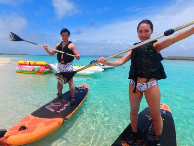 水納島でSUPを楽しむ2人