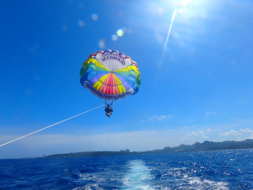 水納島で楽しめるパラセーリング