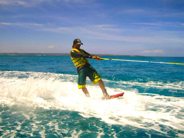 水納島でウェイクボードを楽しむ男性