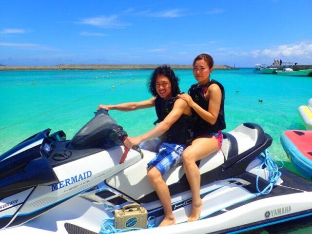 水納島でマリンジェットを楽しむ男女