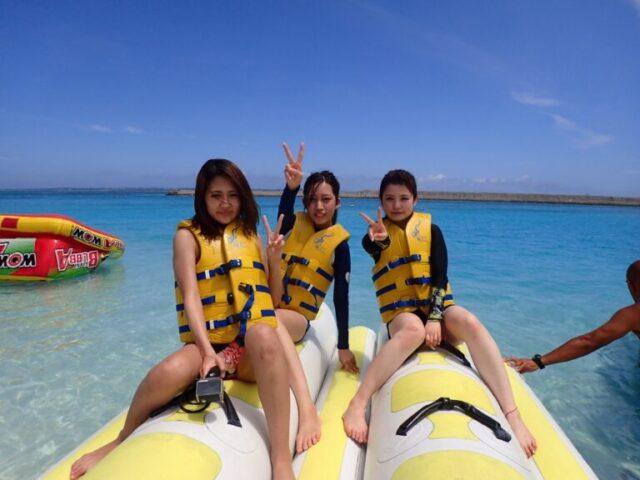水納島でマリンスポーツを楽しむ女性3人