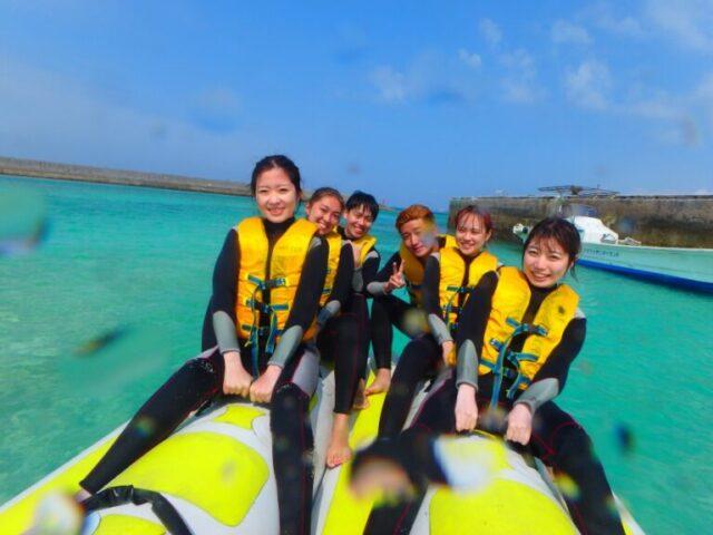 水納島でマリンスポーツを楽しむ人たち