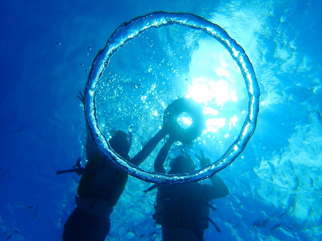 水納島でシュノーケリングを楽しむ人たち