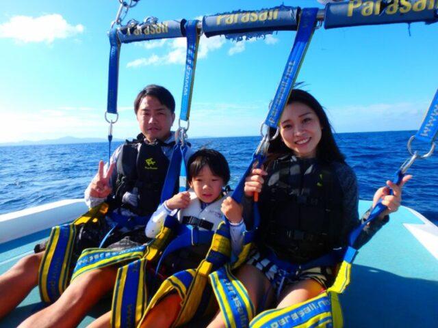 水納島でパラセーリングを楽しむ親子