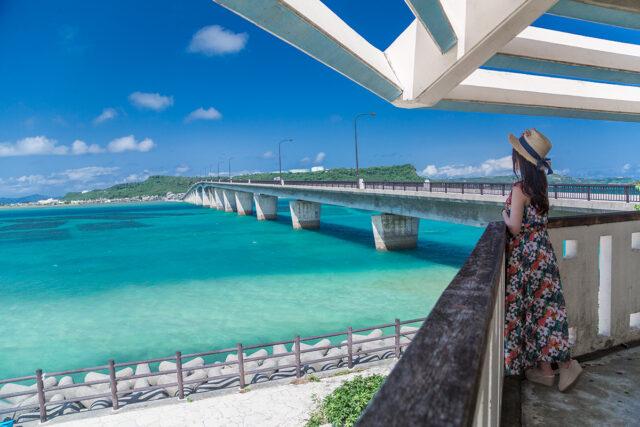 沖縄 女性と景色