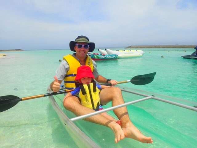 水納島でカヤックを楽しむ親子