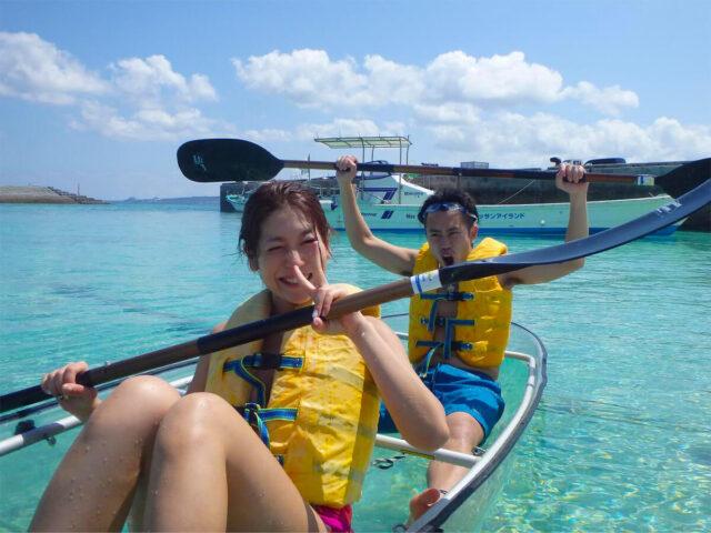 水納島でカヌーを楽しむ男女