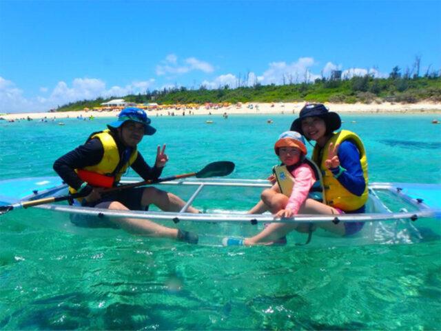 水納島でカヌーを楽しむ3人