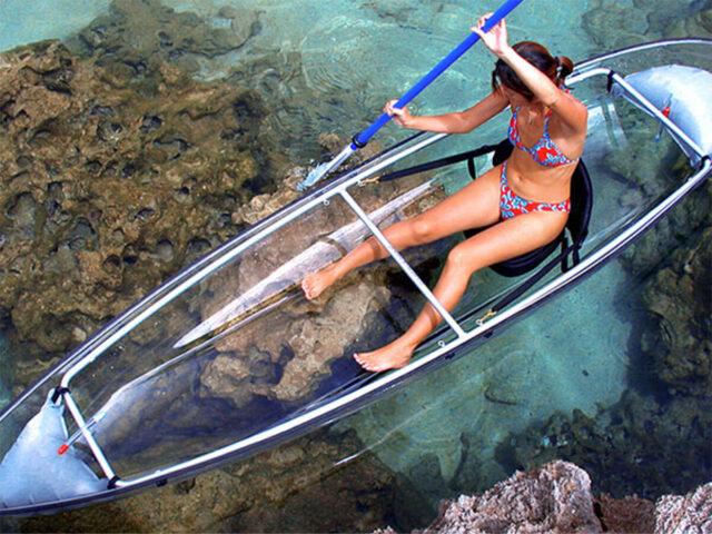 水納島でカヌーを楽しむ女性