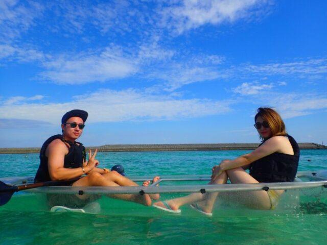 水納島でカヌーを楽しむ2人