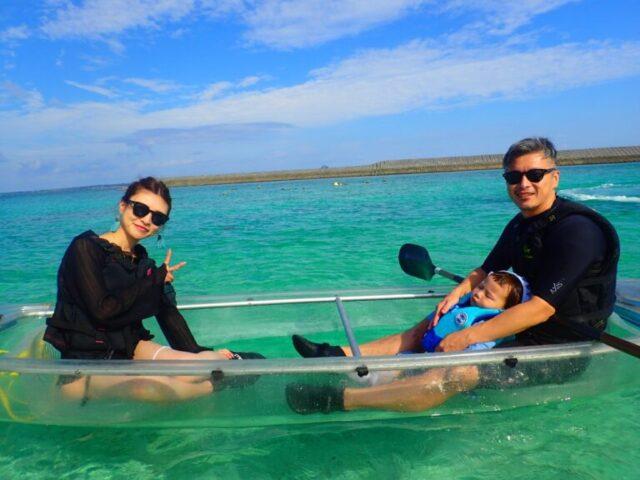水納島でカヌーを楽しむ親子
